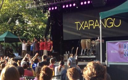 Guillermo Fesser de concierto en Central Park con Txarango